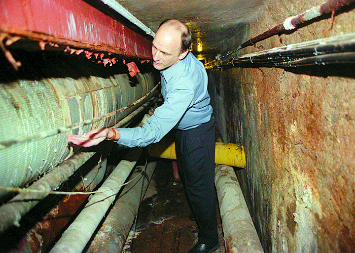 Greg Metz Points Out Salt Deposit On Pipes In U-M Tunnels, February 14, 2000 image