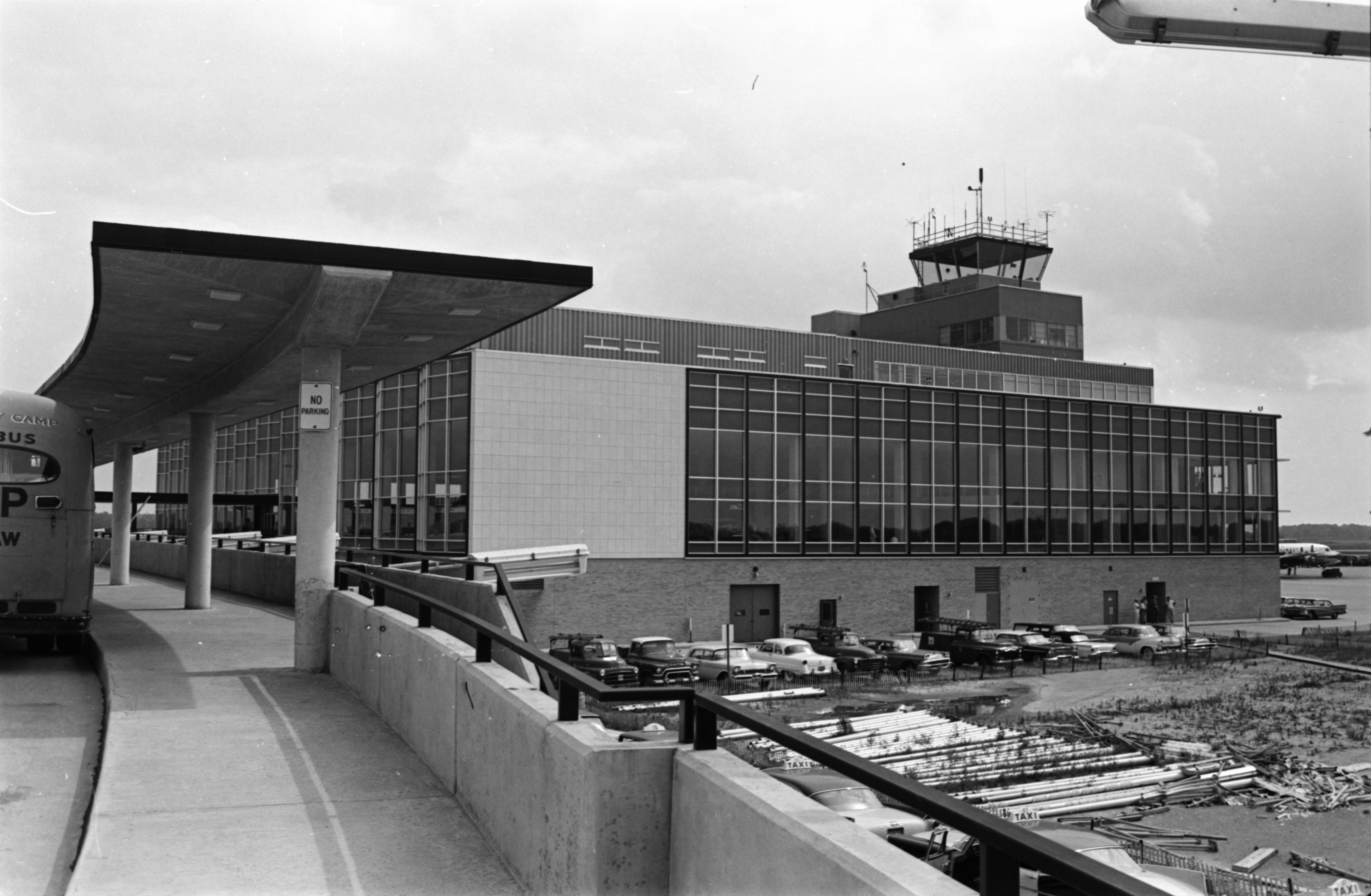 Exterior showing partial renovation and expansion of Detroit Metropolitan Airport, August 1959 image