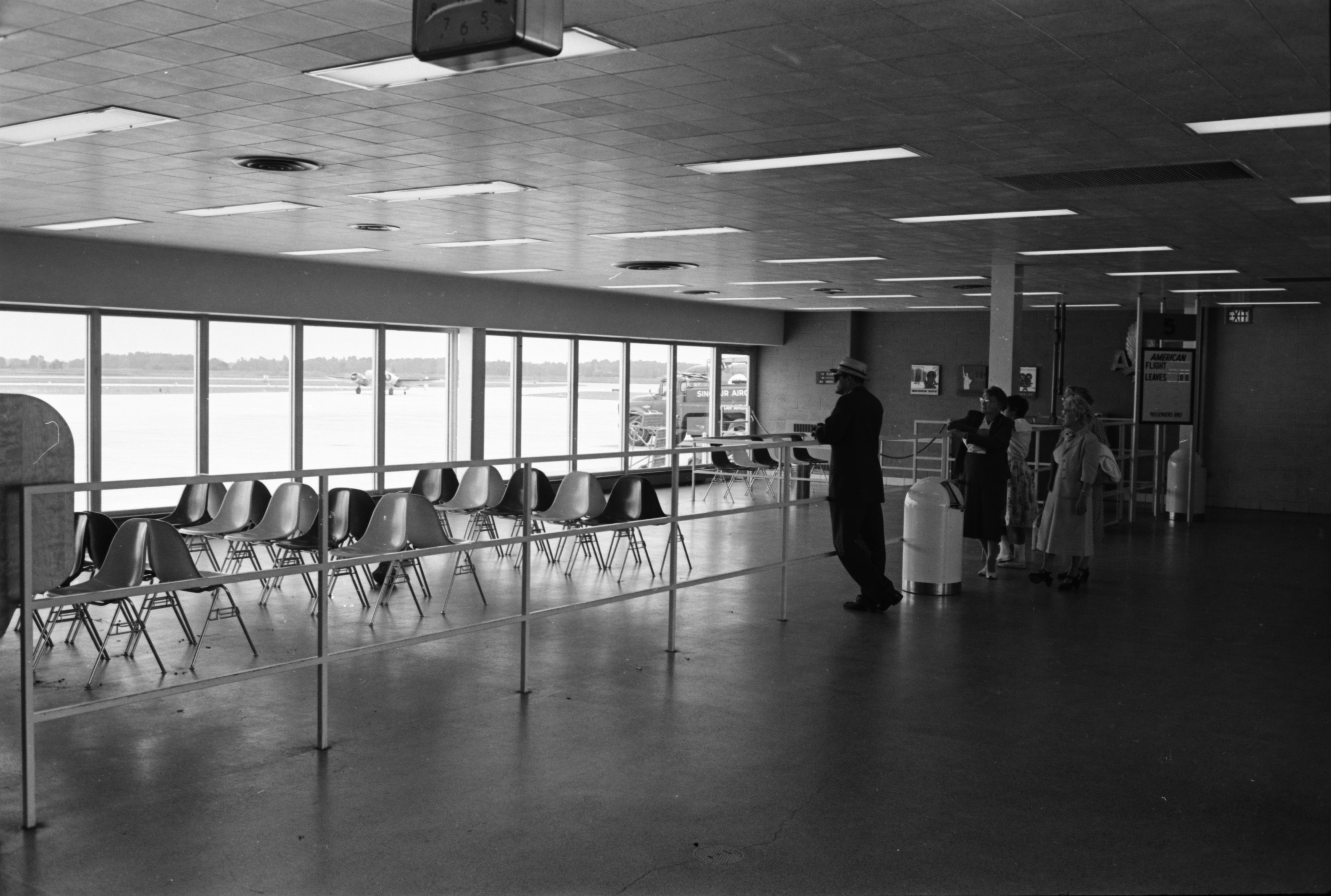 Interior showing partial renovation and expansion of Detroit Metropolitan Airport, August 1959 image