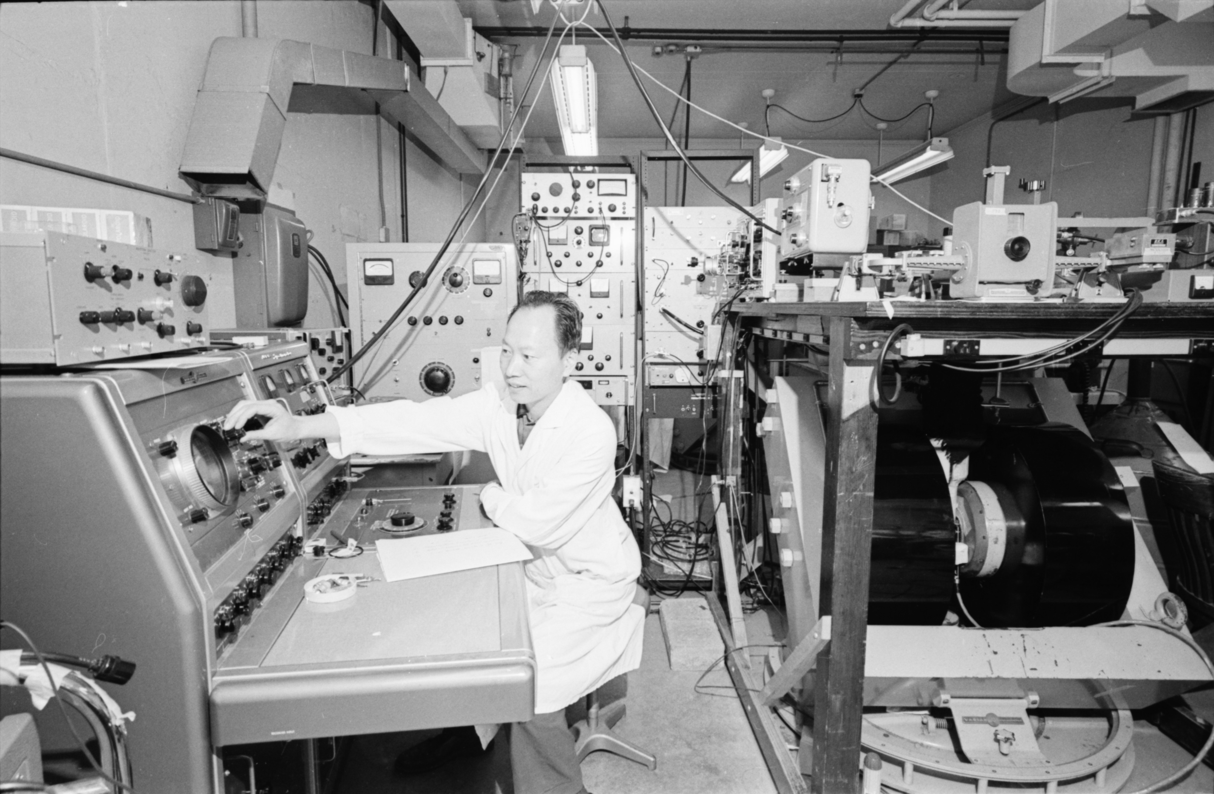 Derling-Tseng in the Phoenix Memorial Laboratory, North Campus, August 1968 image