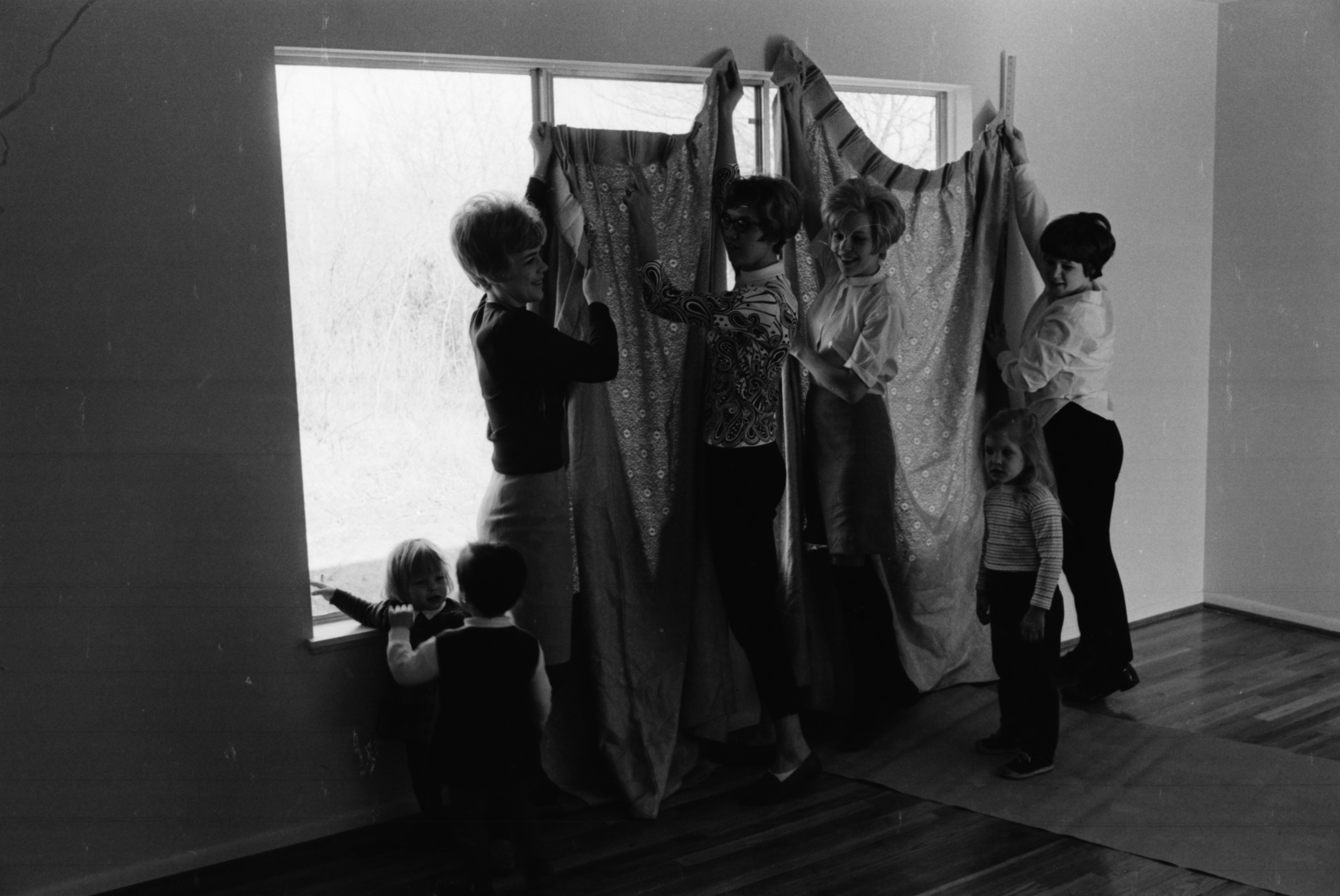 Members of the Ann Arbor Jaycee Auxiliary help with Project Pride, April 1969 image