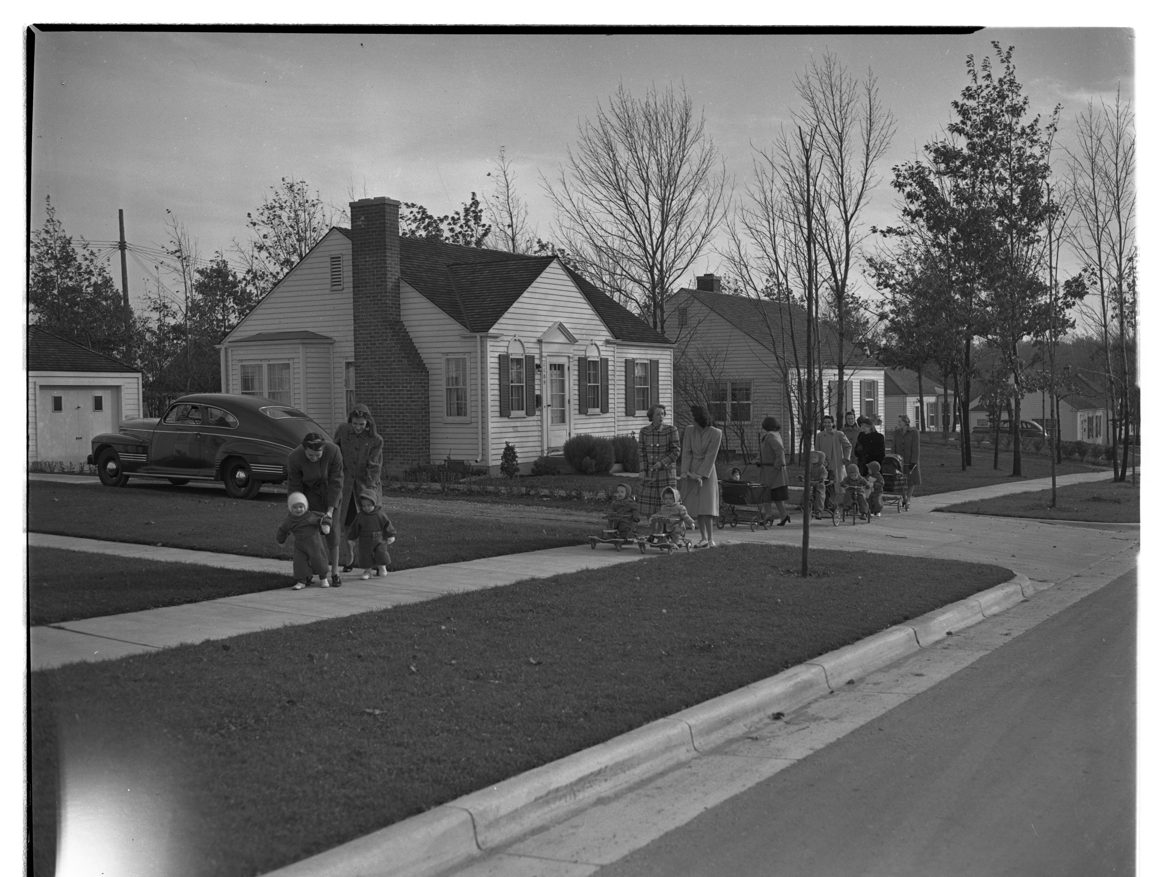 Mothers with their children on Birk Avenue, Ann Arbor, November 1941 image