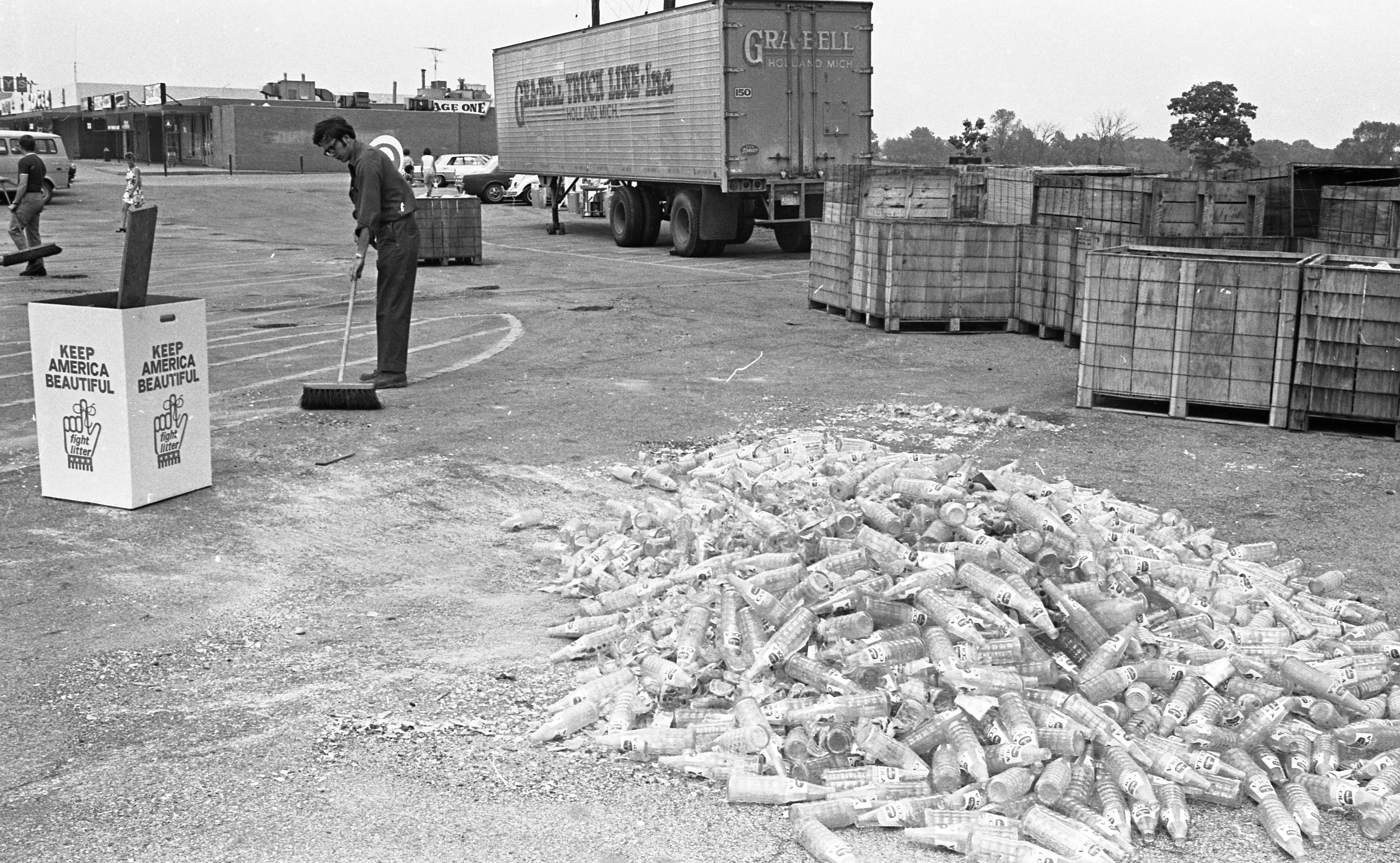 ENACT Recycling Day at Arborland Shopping Center Nets 33,000 Tons of Glass, June 1970 image