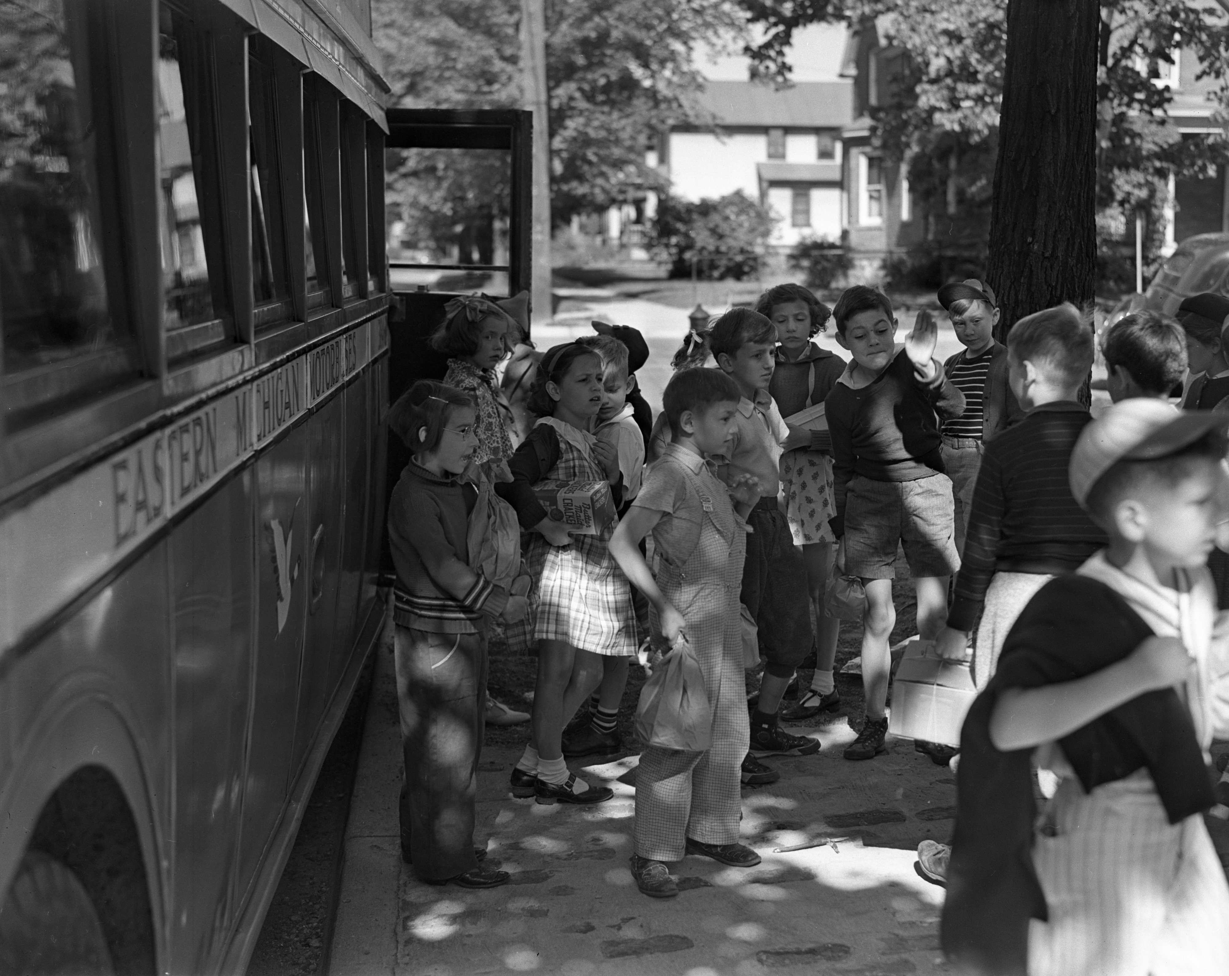 Bach Elementary School children off to the zoo, June 1938 image
