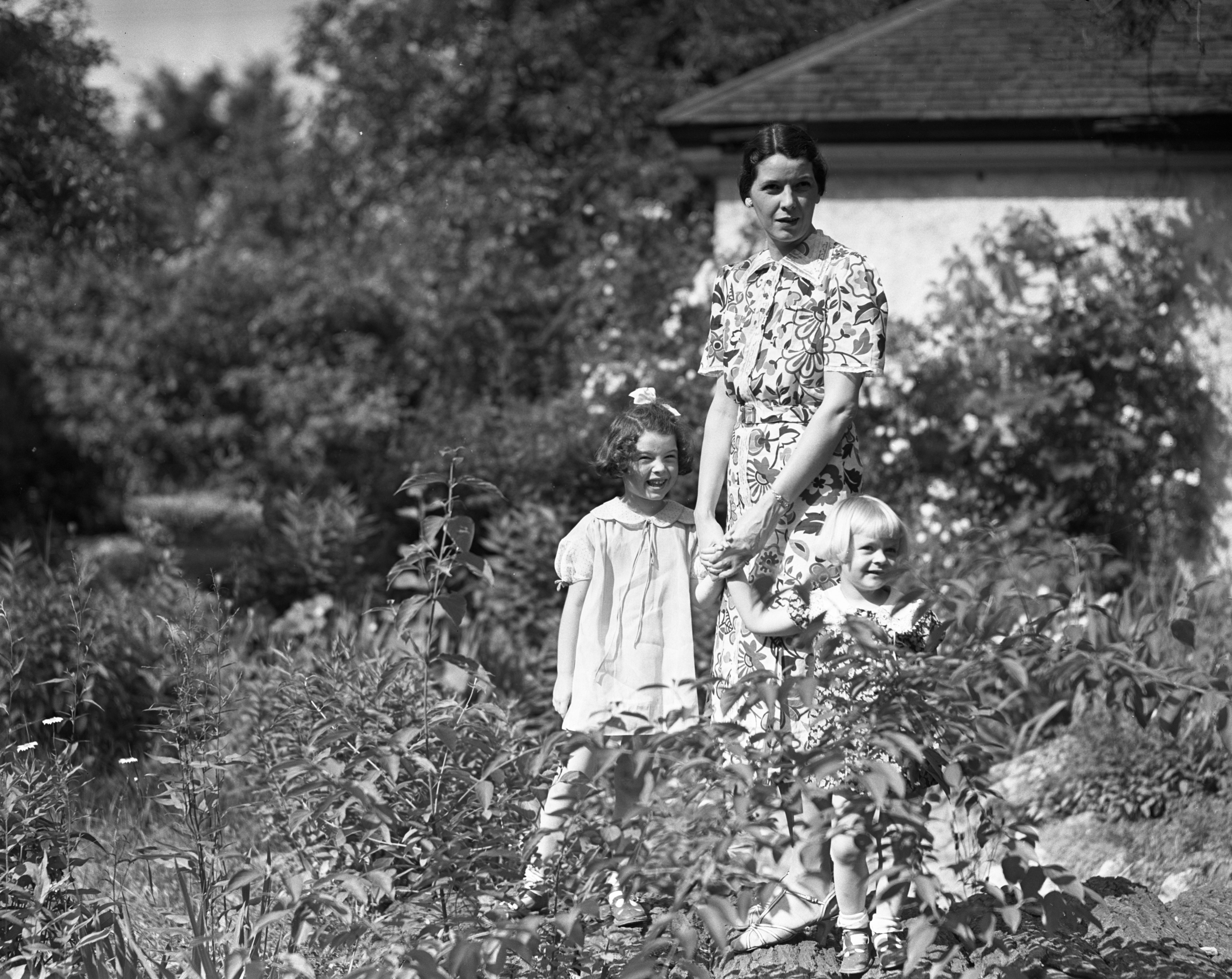 Mrs. Paul Sellards and children, of Australia, June 1937 image