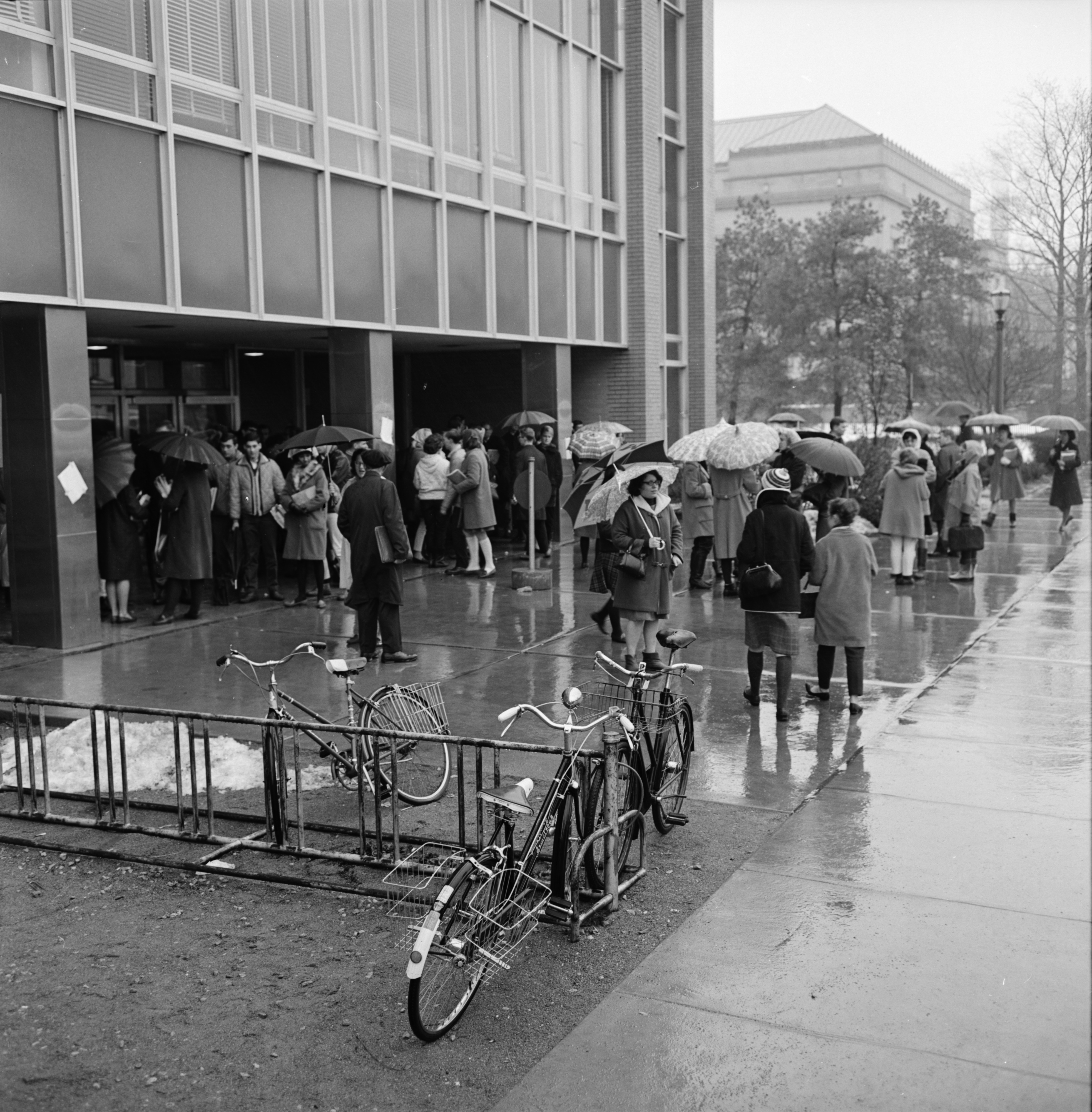Students evacuate Frieze Building after bomb scare, December 1964 image