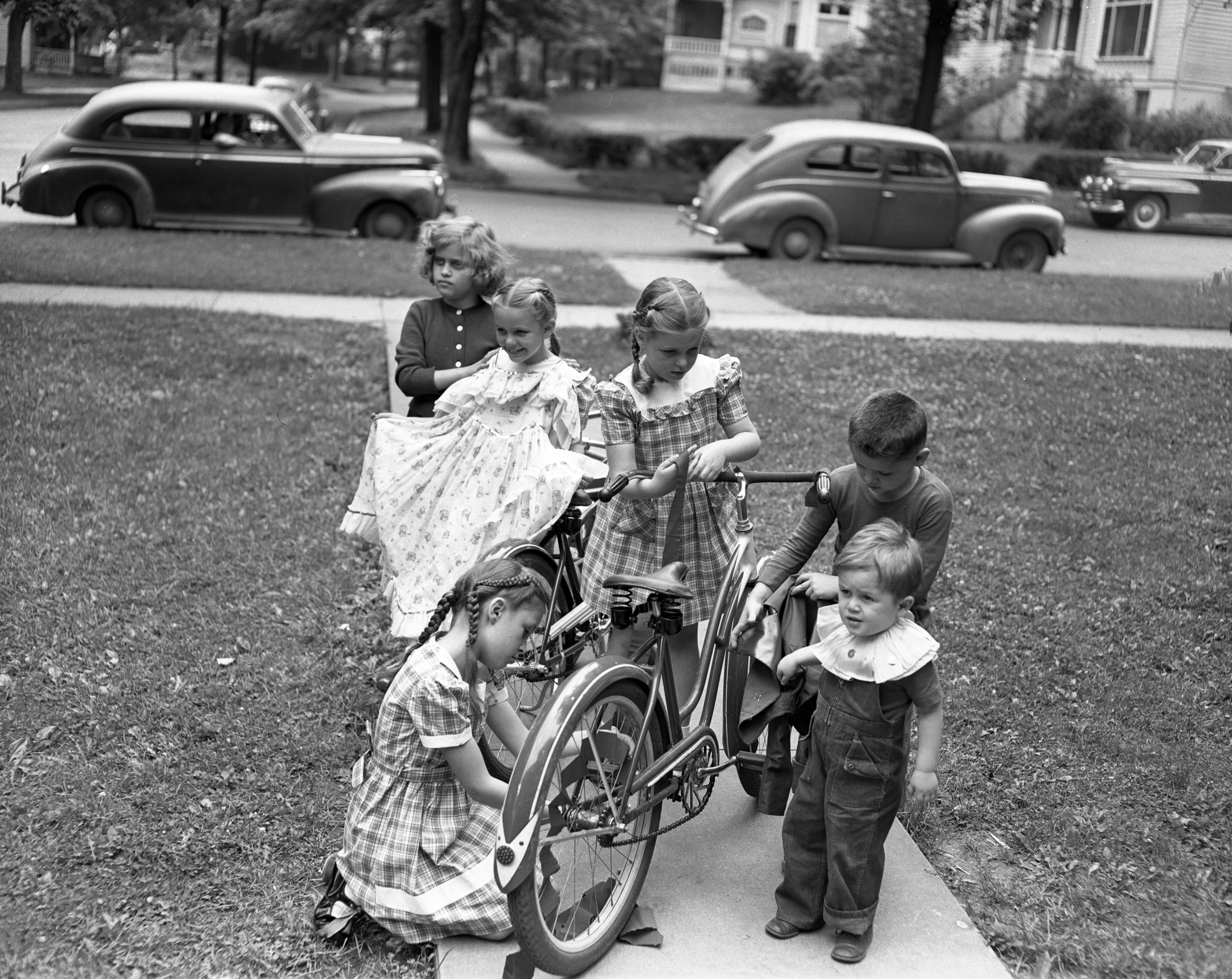 Ypsilanti children prepare for Children's Parade, June 1948 image