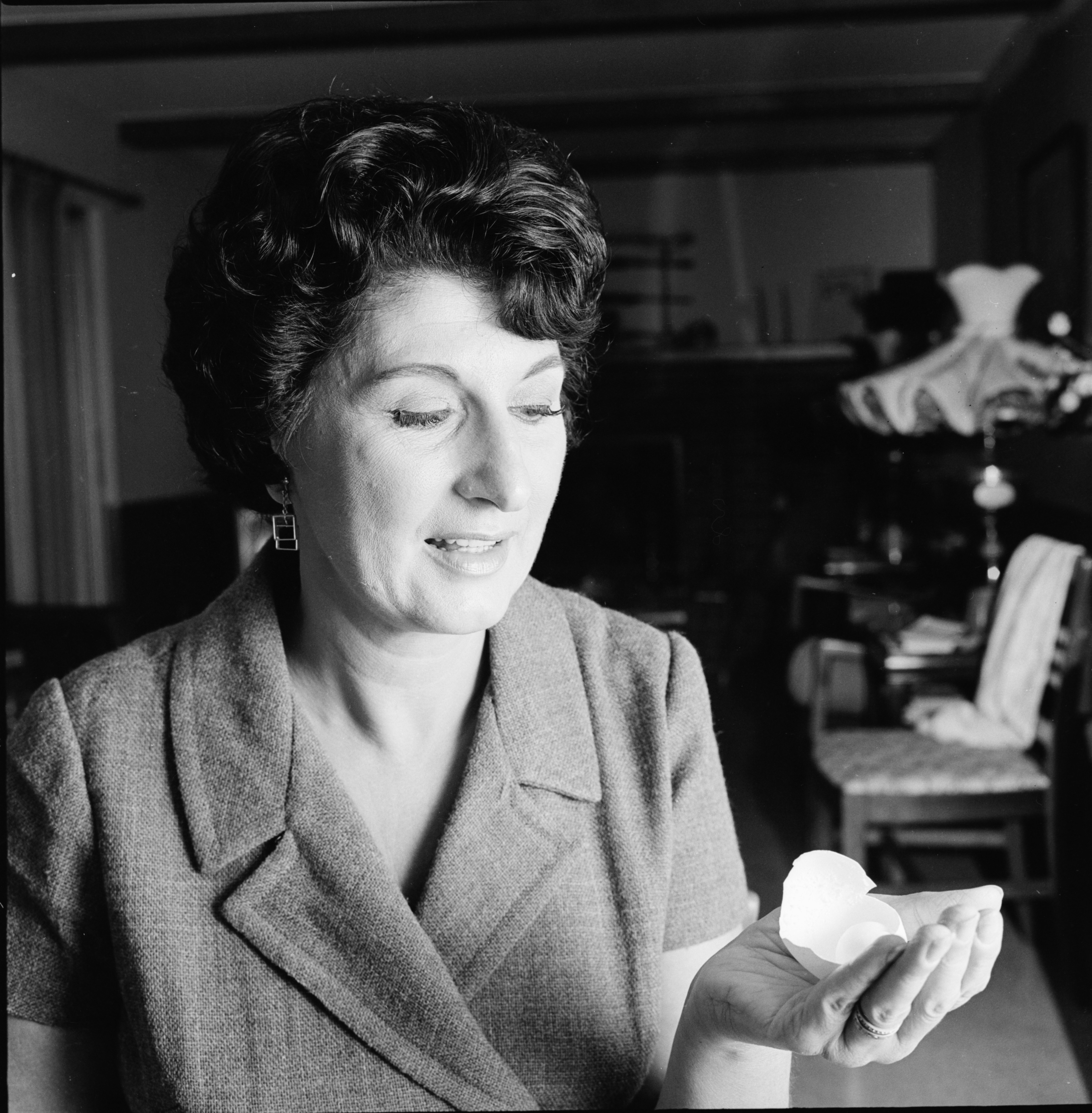 Amy Vuolo with a one-billion-to-one-odds double egg, September 1969 image