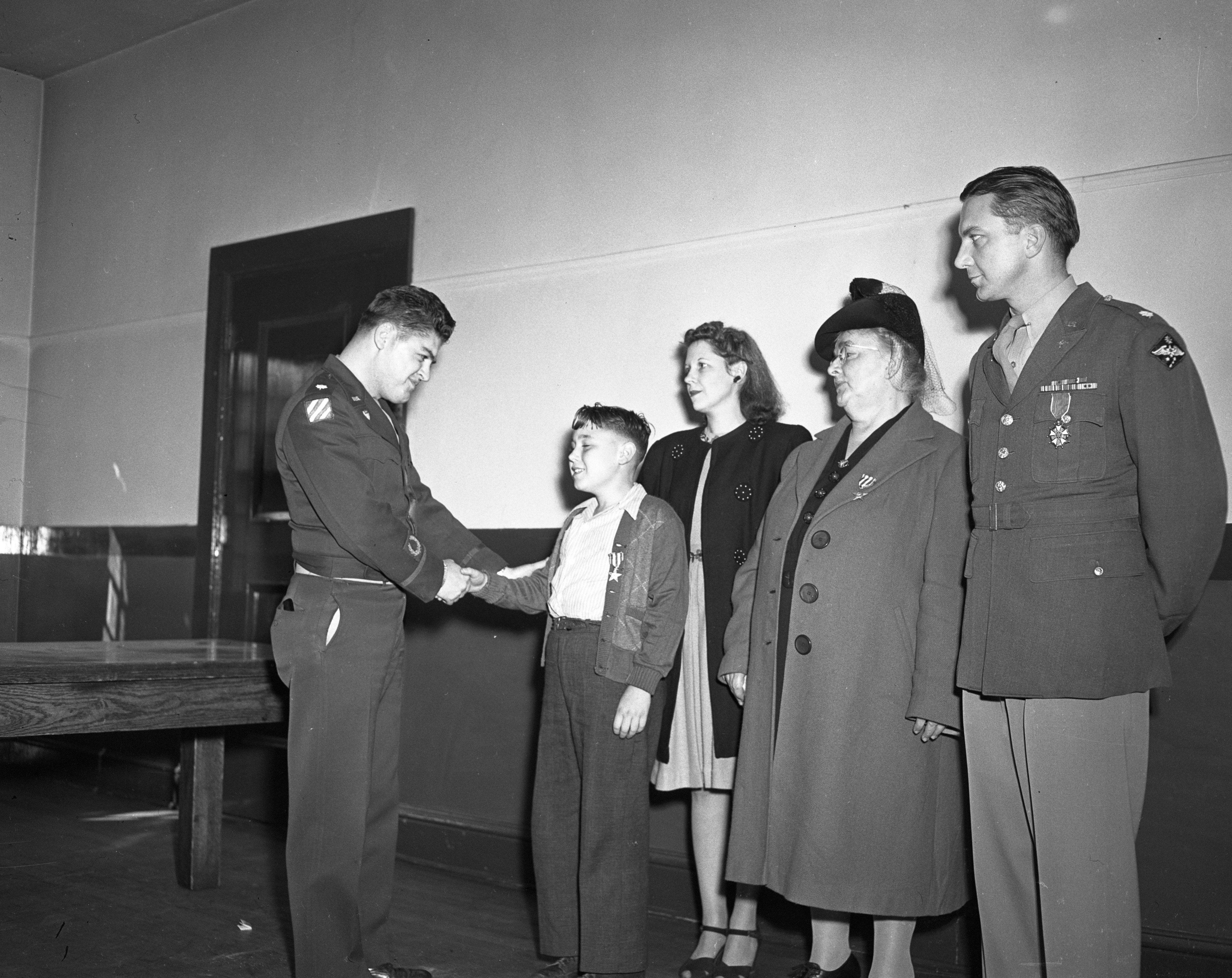 Richard Otto Donner receives the Silver Star medal awarded posthumously to his father, October 1946 image
