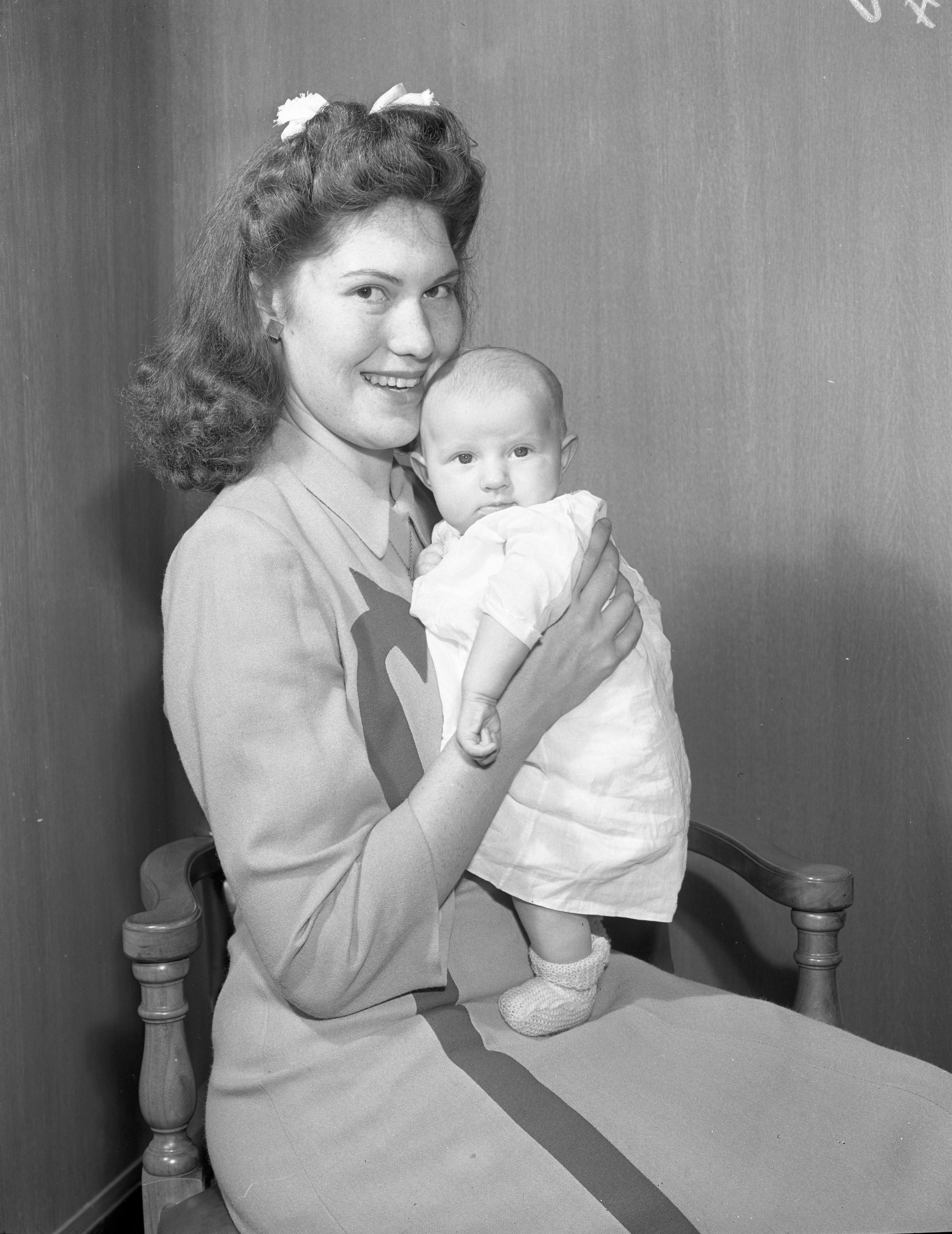Ruby Templeton (Mrs. Arthur R. Templeton) and baby Sue Ann, October 1943 image