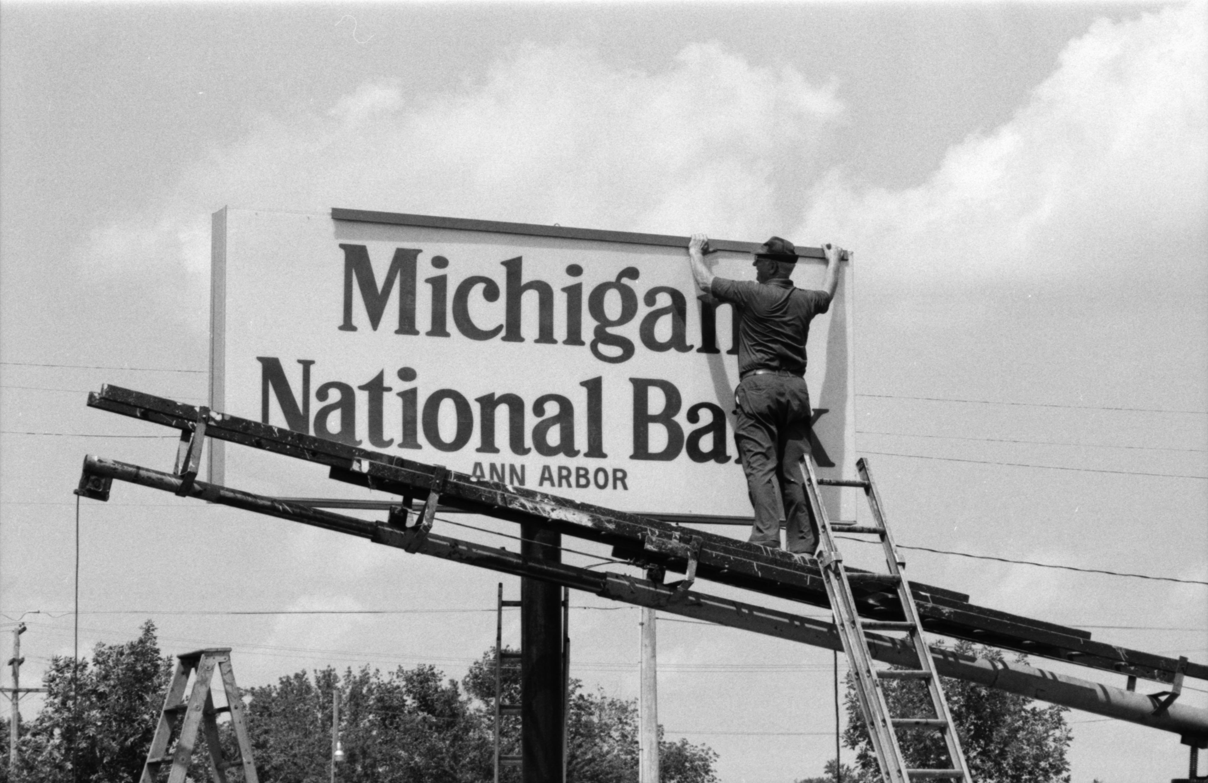 Sign Worker Mike Nelson, August 1985 image